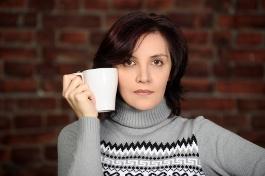 девушка пьет чай на работе