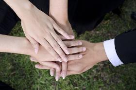 сложенные руки коллег