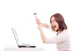 девушка в истерике разбивает ноутбук молотком