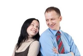 коллеги мужчина и женщина ласково глядят друг на друга