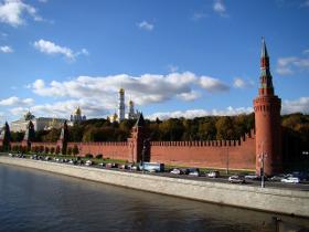вид с реки на московский кремль