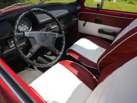 передние сидения и руль в легковом автомобиле
